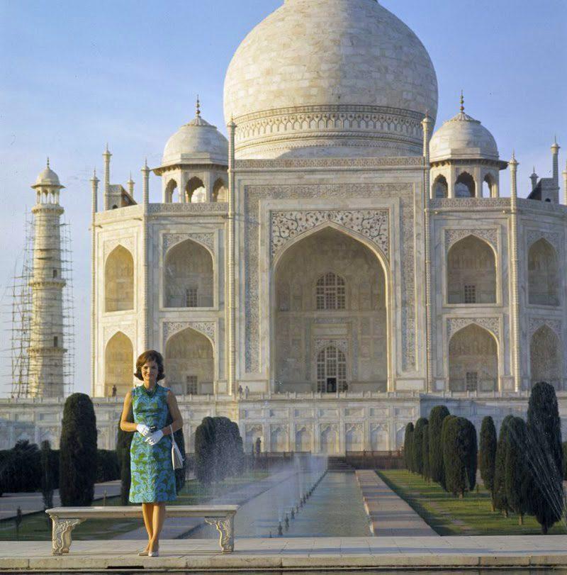 27 Jacqueline-Kennedy-At-Taj-Mahal-March-15-1962.jpg