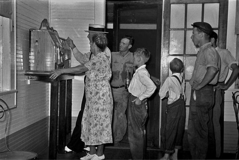 1938 Slot Machine Spectators